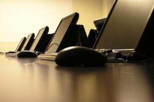 Mesa con ordenadores