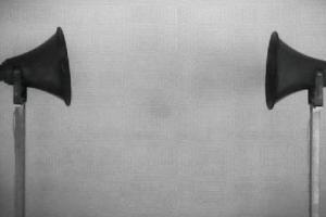 Discursos opuestos, sin posibilidad de escucha: una de las piezas de la exposición