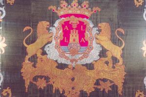 Repostero con el escudo heraldico de la ciudad