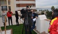 La concejala de Deportes, con TVE en la grabación de la entrevista a Paula Valdivia en la terraza de Comercio
