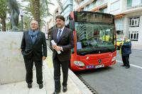 El alcalde de Alicante, Luis Barcala, y el edil de Tráfico y Transportes, José Ramón González, saliendo del autobús