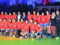 El alcalde Luis Barcala y la concejal de deportes Marisa Gayo, con Las Guerreras en el Pitiú Rochel
