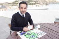 El edil de Medio Ambiente, Israel Cortés, muestra el kit del programa Hogares Verdes