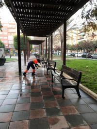 Una operaria trabaja en la limpieza del barrio de Benalúa