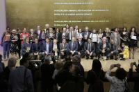 Las autoridades y los premiados se subieron al escenario para la foto de familia