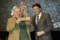 Luis Barcala hace entrega del premio a Ramón Riquelme en la XVI Gala Festers d' Alacant.
