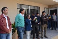 Israel Cortés, el alcalde, la homenajeada, uno dirigente vecinal con el galardón y Miguel Ángel Pavón