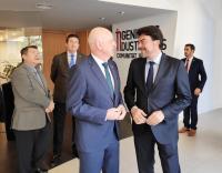 El alcalde saluda junto al presidente del Colegio de Ingenieros