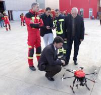El alcalde y el concejal de seguridad en la presentación del Dron del SPEIS, que será utilizado para controlar el consumo de alcohol en Santa Faz.