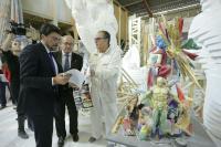 Espadero explica al alcalde y al concejal de Fiestas el sistema de diseño digital utilizado para construir la Hoguera Oficial
