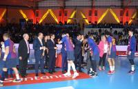 Entregando las medallas a los campeones de la Copa del Rey, el Barça Lassa