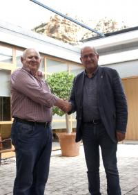 José Ramón González (derecha) y Emilio Carretón (izquierda) se reunieron en el Ayuntamiento para organizar el desfiles de Moros y Cristianos del próximo 2 de agosto.