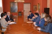 El concejal de Fiestas, José Ramón González, se reunió con representantes de las Hogueras de Alicante.