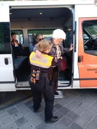 El Ayuntamiento ofrece un servicio gratuito con voluntarios de Protección Civil y Cruz Roja para trasladar a los enfermos y personas con discapaci...