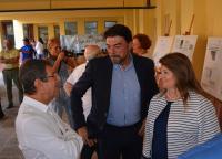 El alcalde y la concejala de Educación, con el director homenajeado