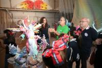 Antes de la visita al taller de Espadero, la comitiva ha visitado el de Sergio Gómez Ferrer, autor de la Hoguera Oficial Infantil.