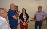 Julia llopis conversa con directivos de la Asociación de Vecinos sobre las necesidades del nuevo centro para mayores
