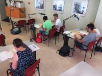 Alumnes en la sala d'investigació