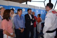 El alcalde y el concejal de Deportes, con Isabel Fernández y el presidente de la RFEJ conversan con uno de los campeones españoles