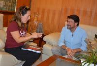 Entrevista del alcalde con la madre de la niña enferma
