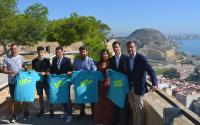 El concejal de Deportes, José Luis Berenguer, y el resto de patrocinadores, con la camiseta de la prueba