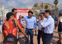 El alcalde y el concejal de Deportes conversan con el secretario general del PP, Teodoro García Egea, que ha competido esta mañana en Alicante