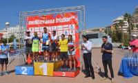 El alclade Luis Barcala y el pte. de la Federación de Triatlón, Valeriano Moreno, entregan los trofeos a los vencedores absolutos de hoy