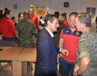El concejal, con el seleccionador de Rugby y un mando del MOE