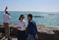 José Luis Berenguer dialoga con la presidenta de la Real Federación Española de Remo de mar durante el desarrollo de una de las pruebas
