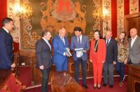 El alcalde y el gobernador del Rotary han intercambiado unos detalles como recuerdo del encuentro