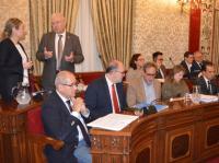 El concejal José Ramón González, sentado en primer lugar de la bancada, preparado para el comienzo del Pleno de hoy