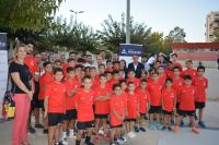Parte de los niños de la Escuela Social, con concejales, representante del Atlético de Madrid y técnicos y padres