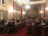 Representantes de la corporación municipal apoyando las inversiones en el pleno