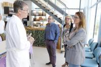 Mari Carmen de España en su visita al local de la empresa de Cerveza Artesana Santa Faz