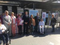 El alcalde de Alicante, Luis Barcala junto con los miembros de la Asociación de Daño Cerebral durante la lectura