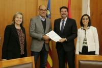 El alcalde de Alicante, Luis Barcala, con el rector de la UA, Manuel Palomar, justo después de firmar el convenio