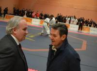 El concejal de Deportes y el presidente de la Federación Española de Taekwondo, ante el tatami que ha concentrado los combates y exhibiciones
