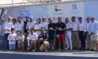 El alcalde y el concejal de Deportes, con los ganadores de la edición de julio de la regata