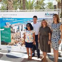 La vicealcaldesa de Alicante, Mari Carmen Sánchez, junto a la presidenta de la Asociación Provincial de Hoteles de Alicante- APHA-, Victoria Puche, y demás representantes de la campaña