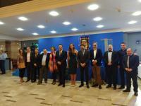 El alcalde de Alicante, Luis Barcala junto con el Gremio de Artistas de Hogueras