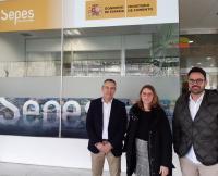 La concejala de Empleo, Mari Carmen de España, y el edil de Urbanismo, Adrián Santos, en la reunión en la sede del SEPES