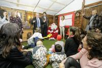 El alcalde, Luis Barcala, y el concejal de Cultura, Antonio Manresa, en la visita de los niños de la planta de oncología infantil a la Casa de Pa...