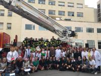 Los bomberos del SPEIS llevan a Papa Noel con el vehículo escalera