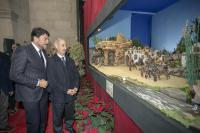 El alcalde, Luis Barcala, durante la inauguración del belén