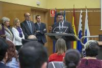 El alcalde de Alicante, Luis Barcala, leyendo un fragmento de la Constitución