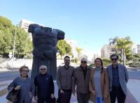 Adrián Santos visitando el Busto de Agamenón junto a los vecinos de La Albufereta