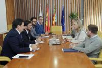 El alcalde de Alicante, Luis Barcala, acompañado por el concejal de Urbanismo, Adrián Santos Pérez, en la reunión mantenida con la consellera de Justicia, Gabriela Bravo