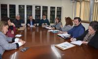 Un momento de la reunión de hoy en la dirección territorial de Educación de Alicante, con intervención de la concejala de Educación Julia Llopis, junto al secretario autonómico Miguel Soler
