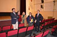 El alcalde y la vicealcaldesa, con los ediles de Educación y de Coordinación de Proyectos, en el salón de actos del IES, con su director