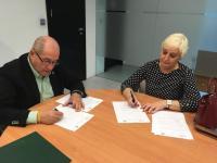 El concejal de Recursos Humanos, José Ramón González, con la presidenta de la Asociación Asperger Alicante (ASPALI), Inmaculada Burgui